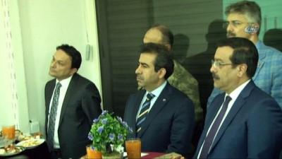 Vali Güzeloğlu, yükümlülerle birlikte türkü söyledi