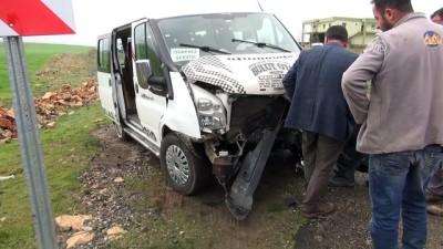 Öğrenci servisi ile hafif ticari araç çarpıştı: 11 yaralı - DİYARBAKIR