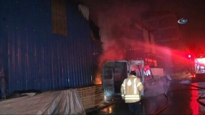 Minibüste çıkan yangın ahşap malzeme deposuna sıçradı... Ahşap malzeme deposu alev alev yandı