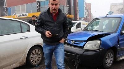 Ardahan Kent merkezinde zincirleme kaza:4 araç birbirine girdi