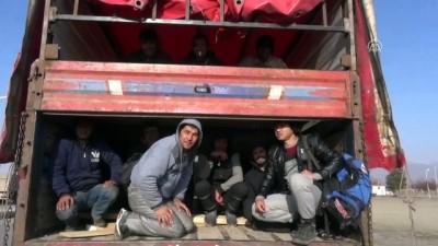 emniyet mudurlugu - Kamyon kasasında 178 kaçak göçmen yakalandı - ERZİNCAN