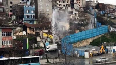 Beyoğlu'nda boru patladı, tazyikli su metrelerce yukarı fışkırdı