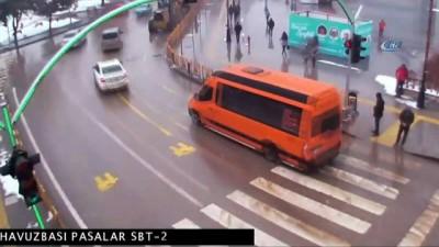 Kazalar MOBESE'de... Kırmızı ışıkta geçen araç yayaya böyle çaptı