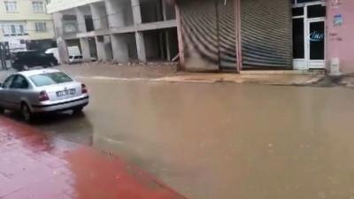 Nurdağı'nda sağanak yağış nedeniyle yollar göle döndü