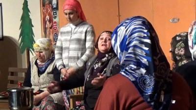 Çiftçi kadınlar buzağılar için sahnede
