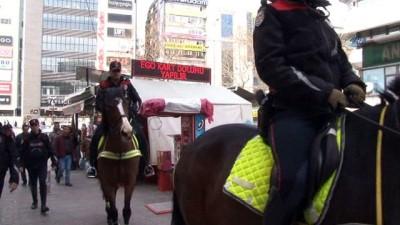Atlı polisleri gören vatandaşlardan selfie kuyruğu