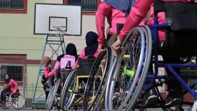 Gazzeli basketçi kadınlar, 'engellerine' meydan okuyor