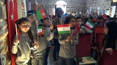 İranlı öğrenci İstiklal Marşı'nı okuyup Türk Bayrağı açtı