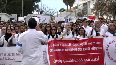 Tunus'ta doktorlardan protesto