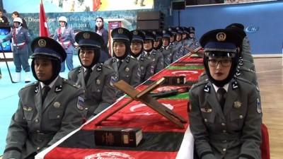 Afgan kadın polislerin mezuniyet heyecanı