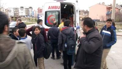 Otomobil ile öğrenci servisi çarpıştı: 1'i öğrenci 3 yaralı