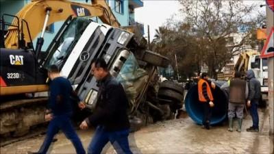 Çalışma yapılan yol çöktü, kamyon çukura düştü