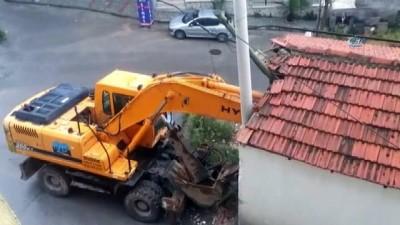 Kontrolden çıkan iş makinesi eve çarptı