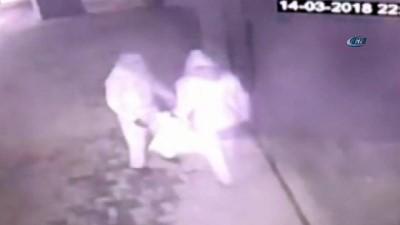 Maskeli soyguncular 200 bin lira değerindeki ziynet eşyası ile kayıplara karıştı...Soyguncular kamerada