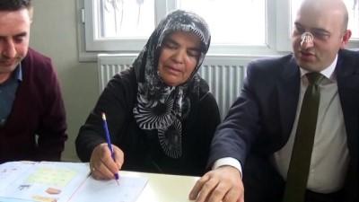 Şehit annesine evinde okuma yazma eğitimi - KAHRAMANMARAŞ