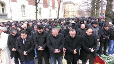 Almanya'da kundaklanan caminin yanındaki meydanda cuma namazı (2) - BERLİN