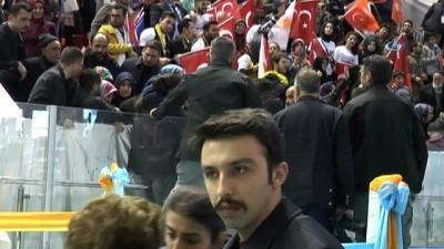Cumhurbaşkanının atkısını verdiği genç kız, Erdoğan'a sarılarak ağladı