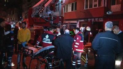 Fatih'te yangın: mahsur kalanlar pencereden atladı