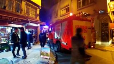 Fatih'te ahşap binada yangın çıktı