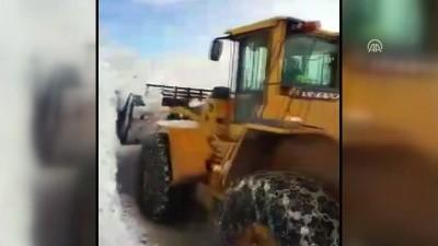 Hakkari'de 4 metre karda yol açma çalışması