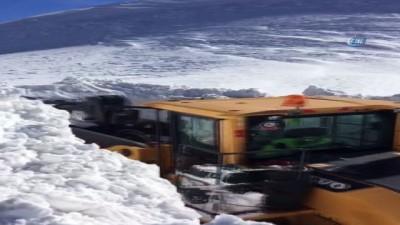 İş makineleri karda Mehmetçik için seferber oldu