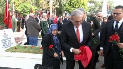 4 yaşındaki Elif Naz şehit dayısının mezarına karanfil bırakıp, mezar taşını öptü