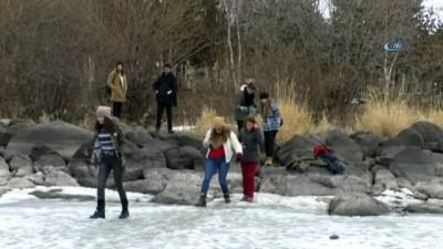Çözülen buza aldırış etmeden üzerine çıkıp halay çektiler