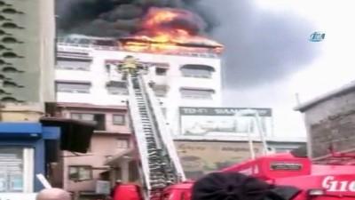 Beyoğlu'nda yangın paniği...Çatı alev alev yandı, dumanlar gökyüzünü kapladı