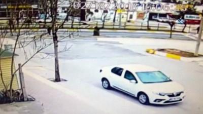 Otomobilin dehşet saçtığı kaza anı saniye saniye böyle görüntülendi: 1 ölü
