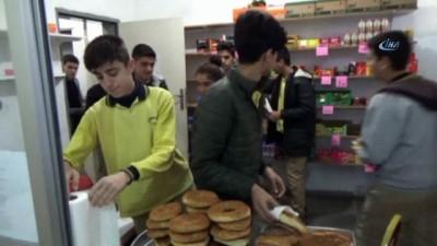 okul kantini -  Bu okulda öğrenciler hem müşteri hem de kantinci