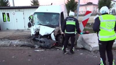 Kamyonet, polis noktasındaki beton bariyerlere çarptı: 1 ölü Haberi