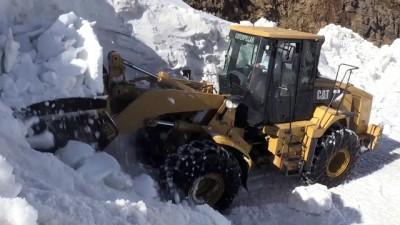 Karla kaplı yolları ulaşıma açma çalışması - MUŞ
