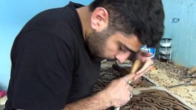 Suriyeli Mülteci, oyma sanatı ile tahtalara şekil veriyor