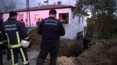 Kanalizasyon kazısında göçük: 1 ölü, 1 yaralı - ANTALYA