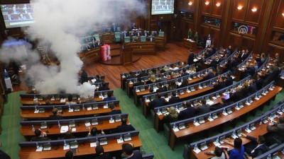 Kosova meclisinde gaz bombası atıldı - PRİŞTİNE