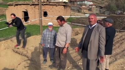 Köyde oluşan obruk köylüleri tedirgin etti - ÇORUM