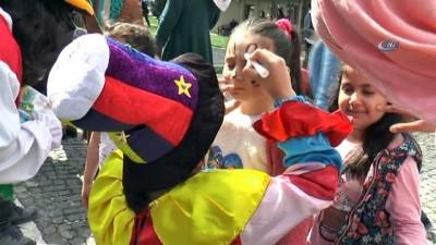 Üsküdar'da down sendromlu gençler, Yusuf Güney şarkılarıyla eğlendi