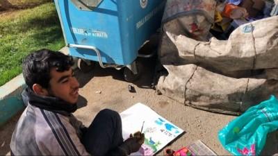 15 yaşındaki Yusuf okul hasretini atık malzeme toplarken resim çizerek gideriyor