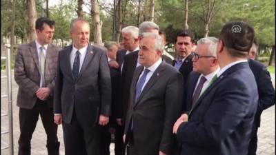 Bakan Fakıbaba, Şehit Ömer Halisdemir'ın kabrini ziyaret etti - NİĞDE