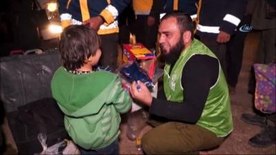 - Doğu Guta'nın Haresta beldesinden gelen kafileyi İHH ekipleri karşıladı - Tahliye edilen bin 908 kişi Hama'nın sıfır noktasında Madık Kalesi yakınlarında karşılanarak acil yardım paketleri dağıtıldı