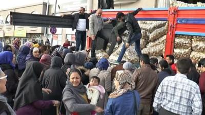 Pazarcılar Odası patates dağıttı, izdiham çıktı