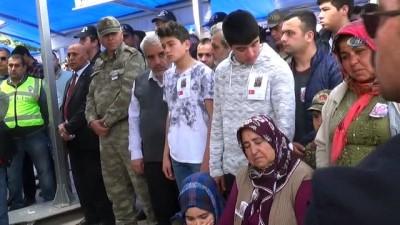 Şehidin 10 yaşındaki kardeşi, abisini asker kıyafetleriyle uğurladı