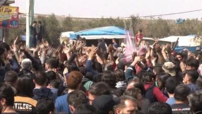 """- Suriyelilerden TSK'ya Tel Rıfat desteği - Suriyeli göstericiler ; """"Türk halkına, Türk Kardeşlerimize, Türk askerine minnettarız"""""""