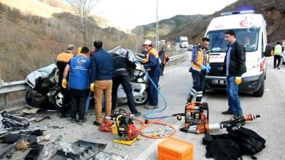 Otomobille tır kafa kafaya çarpıştı: 3 ölü, 1 yaralı