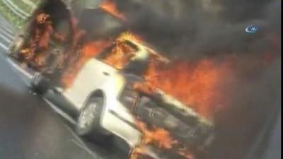 Alev Alev yanan otomobili belediye çalışanı söndürdü