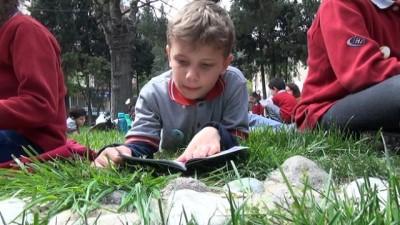 Çimlerin üzerinde kitap okumanın keyfini yaşadılar