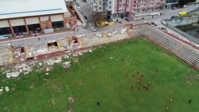 Yıkımı bilmeceye dönen Kartal Stadyumu'nda moloz yığınları arasında tehlikeli antrenman havadan görüntülendi
