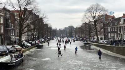 - Amsterdam'da donan kanalda buz pateni