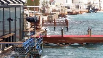 Bodrum'da lodos...Feribot seferleri iptal edildi, yelken yarışları ertelendi, esnaf kum torbaları ile önlem aldı