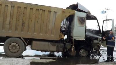 Seyir halindeki damperli kamyon alev alev yandı